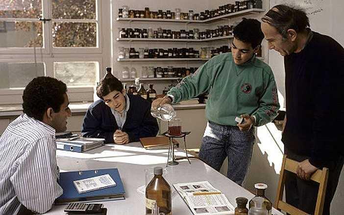 Trường Le Rosey có 53 lớp học và 8 phòng thí nghiệm khoa học phục vụ sinh viên. Ngoài ra còn có các phòng học đặc biệt cho âm nhạc, nghệ thuật, công nghệ.
