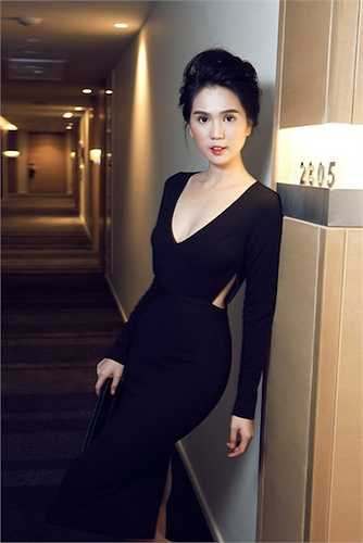 Những trang phục với khoảng hở được bố trí đa dạng giúp người đẹp khoe được tất cả những đường cong mỹ miều nhất.