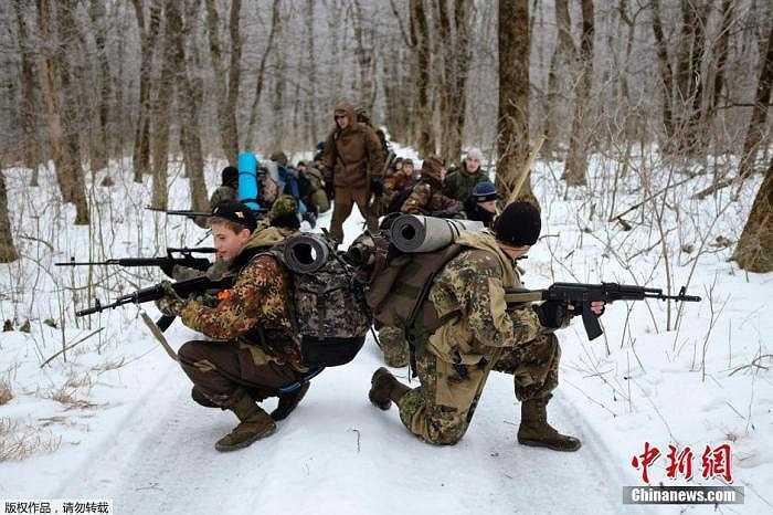 Hình ảnh các sinh viên tại một trường học ở Nga đang trải qua ca huấn luyện quân sự trong cái rét của mùa đông.