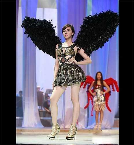 Trong một show diễn thời trang, người mẫu Trang Nhung từng tỏa sáng khi khoác lên vai đôi cánh rất lớn màu đen huyền bí.