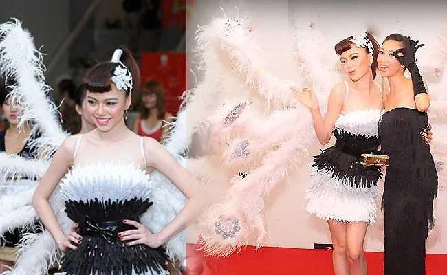 Đôi cánh lông trắng kết hợp cùng bộ trang phục này của cô lại không được đánh giá cao.
