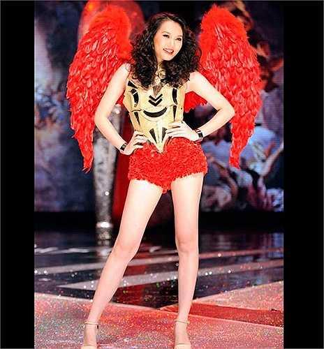 Ngọc Thạch khoe dáng trong đôi cánh đỏ rực rỡ.