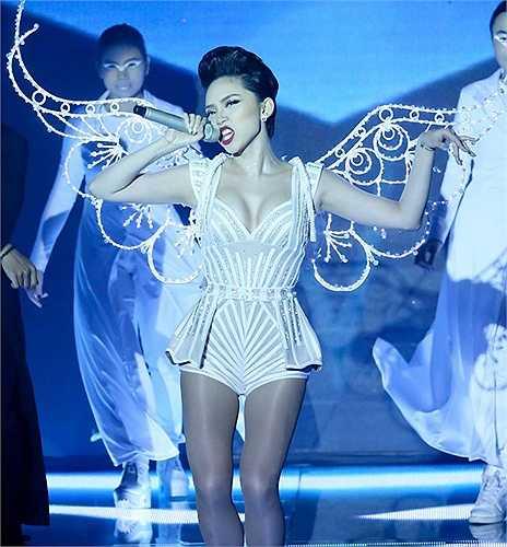 Đôi cánh trắng tinh xảo của Tóc Tiên tạo được hiệu ứng đẹp mắt khi lên sân khấu.