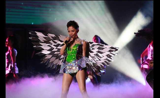Trong một lần khác, cô lựa chọn đôi cánh to bản, có phần nặng nề hơn.