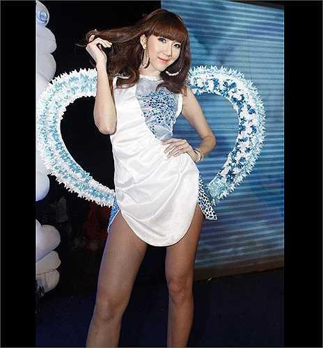 Ngọc Quyên nhí nhảnh tạo dáng sau cánh gà với đôi cánh gam xanh - trắng, cùng tông với trang phục.