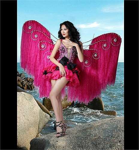 Với bộ cánh hồng này, bức ảnh của hoa hậu Hương Giang trông có phần hơi... lỗi mốt.