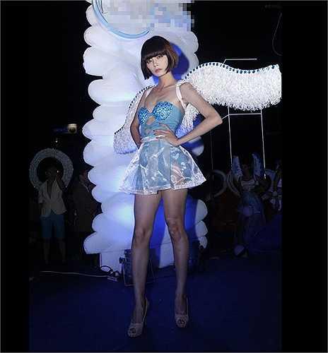 Người mẫu Hoàng Oanh cũng từng có cơ hội thử tài catwalk với đôi cánh trên vai. (Theo Dân Việt)