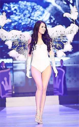 Thái Hà đẹp tinh khôi trong đôi cánh trắng tinh xảo.