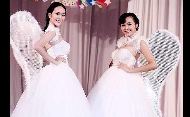 Người mẫu Phan Ngọc Quý và Bảo Trân đeo đôi cánh như thiên thần tình yêu khi diễn tại một triển lãm cưới.