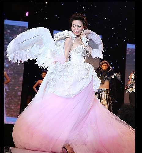 Nữ hoàng sắc đẹp quốc tế Vũ Hoàng Điệp lộng lẫy trong bộ váy cưới voan và đôi cánh trắng.