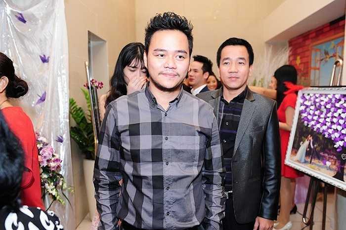 Chồng diễn viên - người mẫu Trang Nhung - đạo diễn Nguyễn Hoàng Duy một mình đi tiệc. Anh diện trang phục áo sơ-mi ca-rô đơn giản.