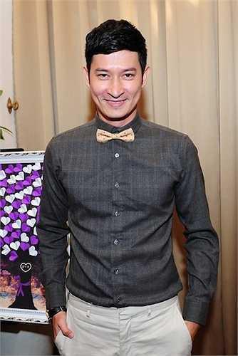 Huy Khánh chọn trang phục tối giản, xuất hiện nổi bật với vẻ bảnh bao, lịch lãm.