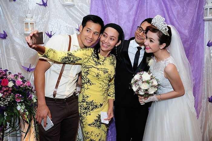 Vợ chồng Huỳnh Đông chụp ảnh 'tự sướng' cùng bạn bè.