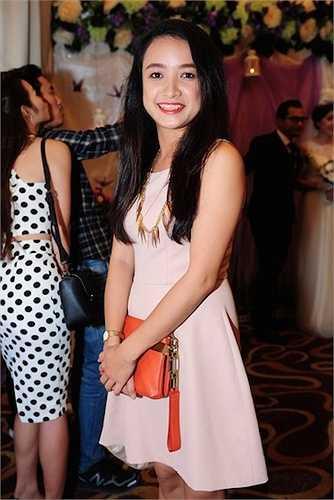 Diễn viên Lê Bê La ăn vận đơn giản với váy hồng pastel.