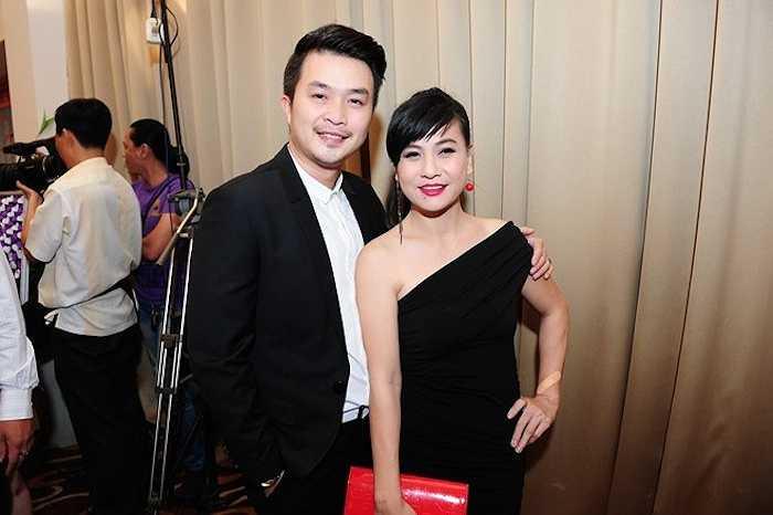 Ngay sau đó, chồng Lê Khánh - diễn viên Tuấn Khải đi tiệc một mình. Anh chụp ảnh thân thiết cùng đàn chị Cát Phượng. Nữ diễn viên diện váy một vai cuốn hút.
