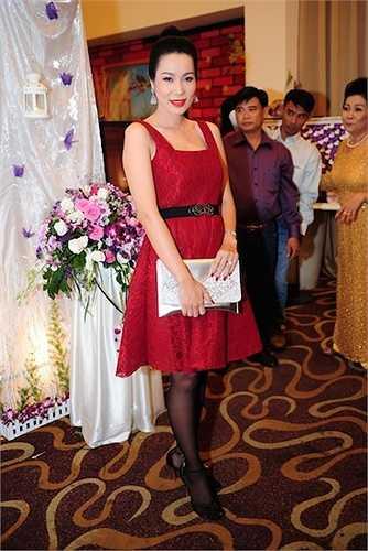 Diễn viên Trịnh Kim Chi thu hút trong bộ đầm ren gam màu đỏ bắt mắt, phù hợp vẻ yêu kiều vốn có.