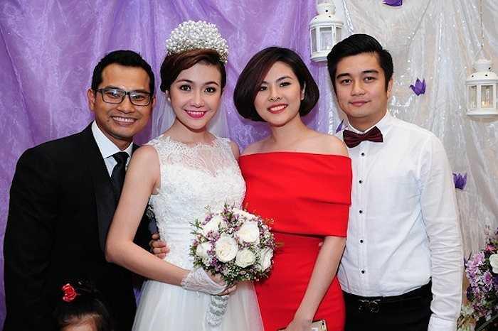 Diễn viên Vân Trang cùng bạn trai đến chúc mừng đám cưới đồng nghiệp. Thời gian sau khi chia tay đạo diễn Victor Vũ, người đẹp thường xuyên đồng hành cùng bạn trai doanh nhân tham dự các sự kiện giải trí.