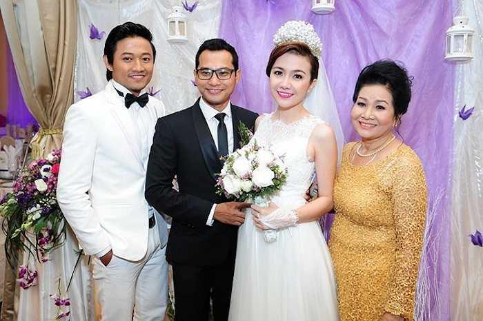 Diễn viên Quý Bình (trái) diện nguyên cây vest trắng nổi bật đến chung vui cùng hai người bạn thân.