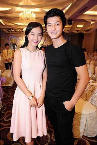 Cặp đôi Hoàng Oanh - Huỳnh Anh diện trang phục đơn giản, tay trong tay đến chúc mừng tiệc cưới của đàn anh.