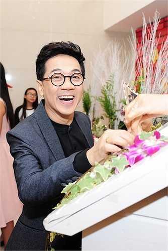 Nghệ sỹ Thành Lộc diện vest lịch lãm, tươi cười khi dự tiệc cưới của đàn em.