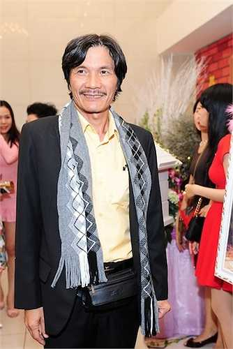 Diễn viên Công Ninh đóng bộ vest tối màu và khăn quàng cổ len khi đến chúc mừng đôi tân lang tân nương.