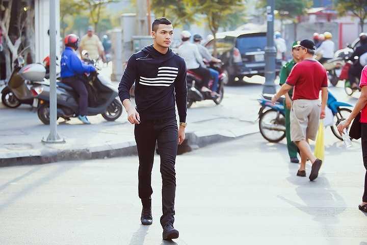Màu sắc mà Tuấn Việt yêu thích là màu đen, theo anh đây là màu không bao giờ lỗi mốt và chỉ khi mặc lên một chiếc áo đen đầy đủ kiểu dáng thì anh mới được là chính mình