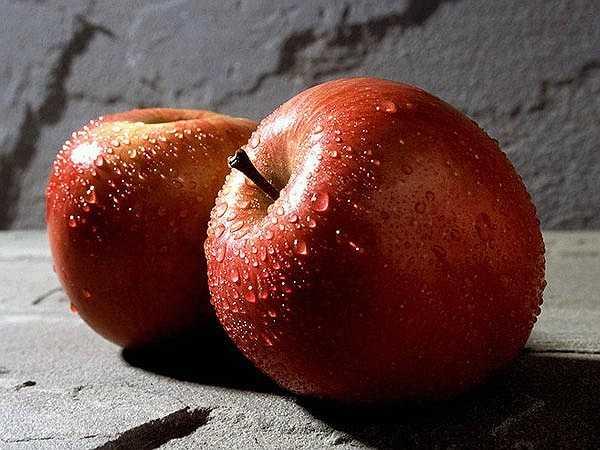 Táo: Táo đỏ rất tốt cho phụ nữ. Bạn nên ăn táo đỏ ít nhất 1 lần trong một tuần để ngăn ngừa ung thư. Vỏ táo đỏ giúp ức chế sản sinh các protein gây ung thư và ngăn chặn việc thúc đẩy phát triển của các khối u nội tiết tố ở nữ giới.