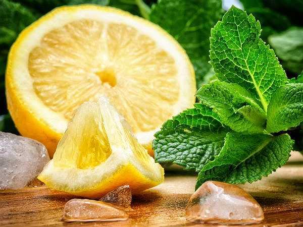 Chanh: Chanh giàu vitamin C và là thực phẩm được sử dụng phổ biến trong nhiều bữa ăn hàng ngày. Tuy nhiên, dùng nước chanh tươi nguyên chất sẽ tốt hơn là uống một cốc nước chanh.