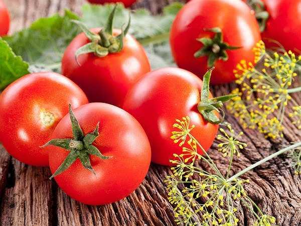 Cà chua: Nghiên cứu cho thấy cà chua bảo vệ nam giới thoát khỏi bệnh ung thư tuyến tiền liệt. Chúng bảo vệ các DNA trong tế bào và ngăn chặn mọi thiệt hại có nguy cơ gây ung thư.