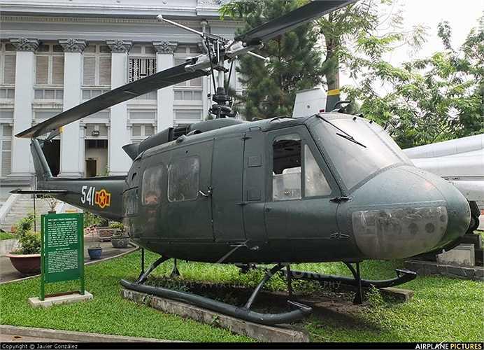 UH-1 có thể bay là là cách mặt đất chưa đến 10m, trên máy bay có 2 khẩu súng miligan 6 nòng (7,62mm) với 12.000 viên đạn