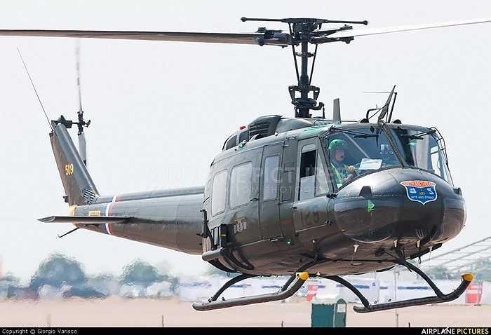 UH-1 còn có 5 thùng dầu mềm với kết cấu đặc biệt, tự bịt lại khi trúng đạn, nên dầu không chảy ra ngoài làm cháy máy bay được