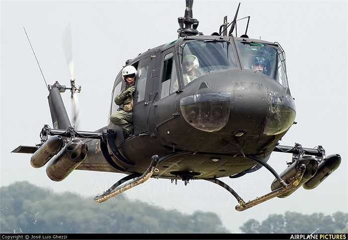 Một trực thăng UH-1 mang theo vũ khí