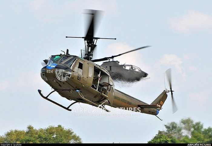 UH-1 Huey được phát triển vào năm 1955 với bản thử nghiệm Bell 204