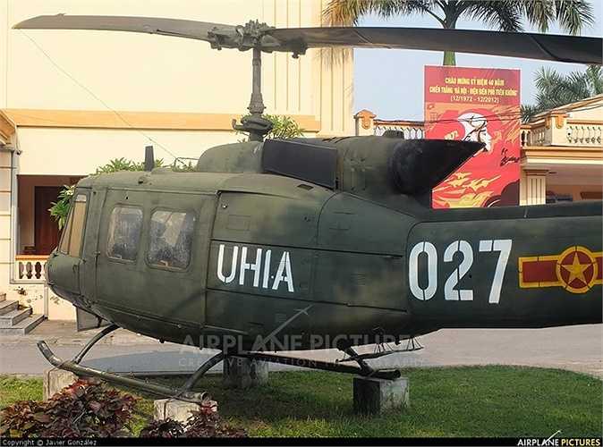 UH-1 sử dụng kíp lái 1 đến 4 người, có thể chở được 14 lính, hay 6 cáng, hoặc hàng hoá tương đương