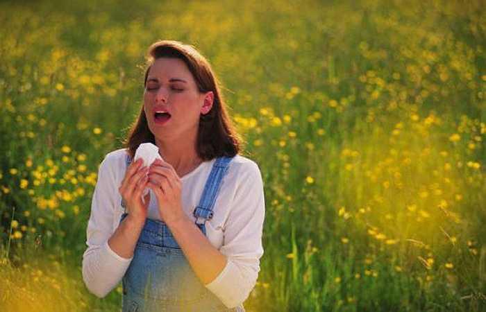 2. Dị ứng: Một nghiên cứu trên Tạp chí Dị ứng và Miễn dịch học lâm sàng cho thấy khi tiếp xúc với một chất gây dị ứng, hệ thống miễn dịch sẽ phản ứng quá mức, giải phóng hóa chất gây ra triệu chứng phát ban, ngứa trong miệng hoặc cổ họng. Nghiêm trọng hơn có thể dẫn đến tình trạng sốc phản vệ, khó thở, cổ họng sưng, thậm chí gây tử vọng đột ngột.