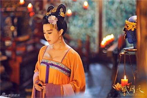 Số lượng phục trang trong bộ phim do Phạm Băng Băng đầu tư đi liền với chất lượng. Mỗi bộ đồ sử dụng trong Võ Tắc Thiên truyền kỳ đều tuyệt mỹ chẳng khác nào tác phẩm nghệ thuật.
