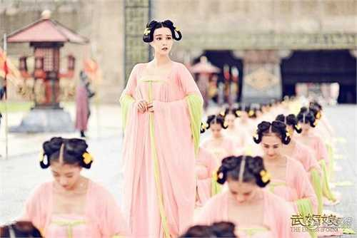 Từ trang phục của các cô tài nhân cấp thấp cho tới hoàng hậu, quý phi… tất cả đều được chăm chút tỉ mỉ, kỹ lưỡng từng chi tiết và có sự phối màu cực kỳ hài hòa.