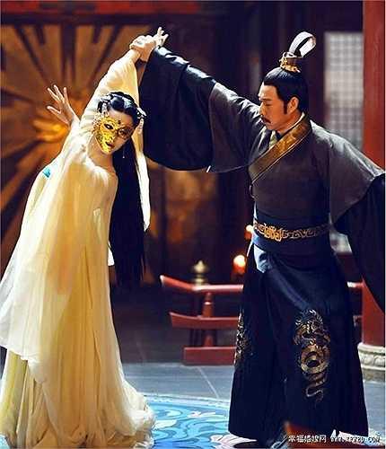 Trong loạt váy áo của các cung tần mỹ nữ, nổi trội nhất là kho đồ hoành tráng của nhân vật chính Võ Mỵ Nương do Phạm Băng Băng thủ vai chính. Trang phục của cô nhiều và đẹp áp đảo hoàn toàn mọi vai nữ còn lại trong phim.