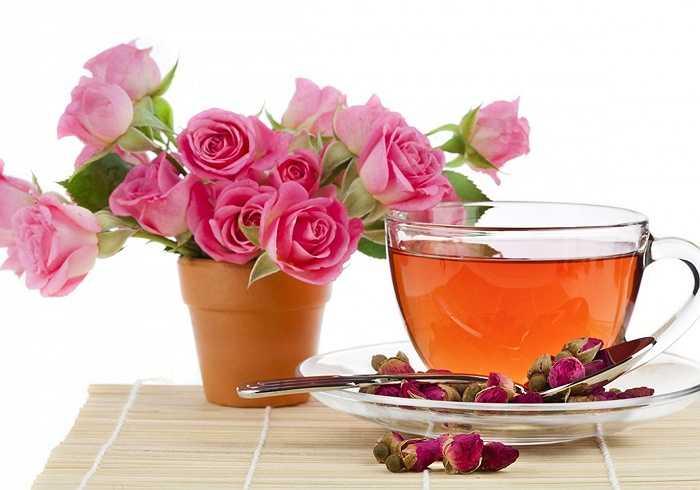 Hoa hồng: Hoa hồng có vị ngọt, tính bình; chữa trị các chứng bệnh: ho ra máu, tiểu tiện, lỵ ra máu bằng cách lấy 10 bông hoa hồng đỏ nấu với một ly đậu đen và một ít đường. Uống 3 lần/ngày trong 3 ngày sẽ khỏi. Để chữa ho cho trẻ nhỏ, dùng cánh hoa hồng trắng chưng với đường phèn, cho trẻ uống mỗi ngày 1 ít.