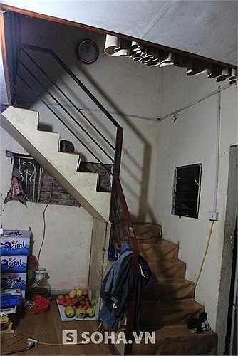 Để tận dụng tối đa diện tích, gia đình anh Quềnh dựng 1 gác lửng để làm phòng ngủ. Lối đi lên phòng ngủ thứ 2 là 1 chiếc cầu thang thô sơ.