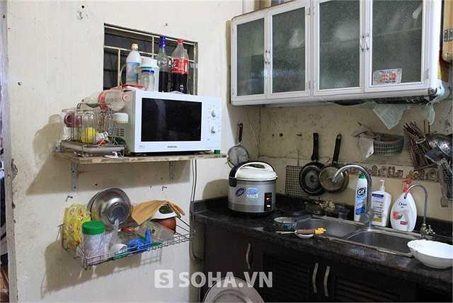 Căn bếp của gia đình Chu Văn Quềnh cũng không lấy gì làm tiện nghi. Đồ đạc giá trị nhất trong căn bếp là chiếc bếp gas, lò vi sóng và nồi cơm điện. Tất cả đều đã cũ.