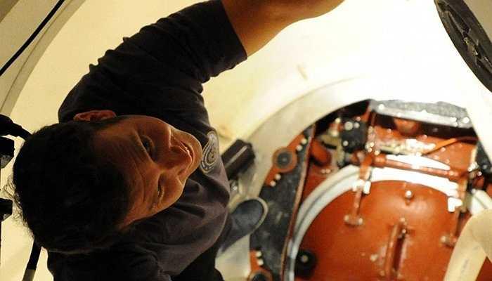 Lối vào và cả khoang lái của tàu ngầm đều không được rộng rãi. Chính vì thế, mỗi thủy thủ trước khi được tuyển mộ đều phải trải qua cuộc kiểm tra về khả năng làm việc trong môi trường chật hẹp