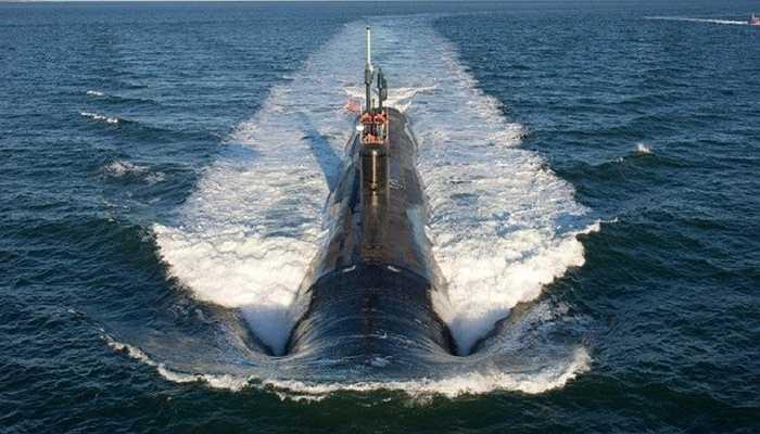 Tàu ngầm trong quá trình lặn xuống, các van khóa được mở ra, không khí thoát và nước vào bể chứa làm tàu chìm xuống