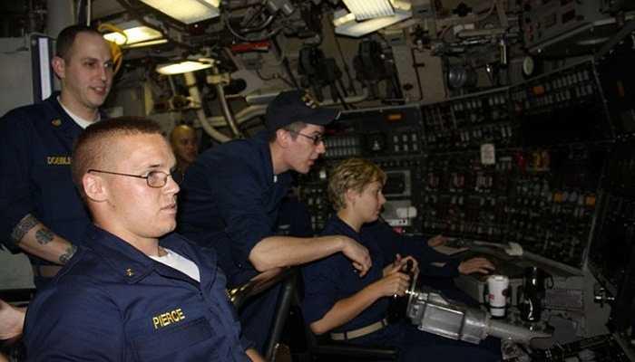 Những thủy thủ hoạt động trên tàu hầu hết đều còn rất trẻ. Khi ở dưới lòng đại dương, không hề có cửa sổ hay cửa kính buồng lái, nên để tàu chạy đúng hướng, mọi thứ phải dựa vào công nghệ sóng âm