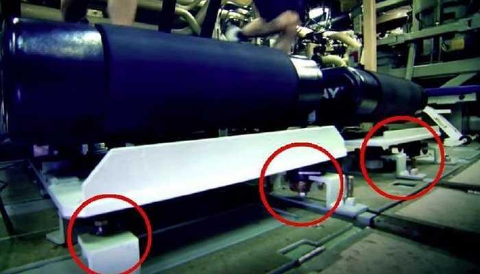 Chính vì sự quan trọng đặc biệt của âm thanh trong việc điều hướng, phía bên ngoài tàu ngầm cần được trang bị thêm những hệ thống giúp loại bỏ các loại tạp âm