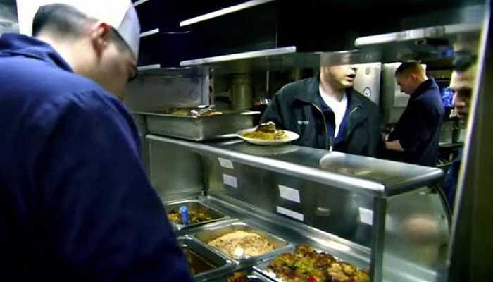 Bạn có thể không tin nhưng các món ăn dành cho lực lượng Hải quân phục vụ trên tàu ngầm thuộc dạng hoàn hảo nhất. Các đầu bếp giỏi được thuê nhằm phục vụ cho khoảng hơn 100 thủy thủ