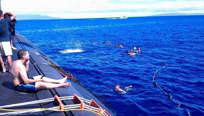 Mỗi ngày có 3 ca làm việc, theo đó, mỗi thủy thủ sẽ có 12 giờ đồng hồ không phải trực (bao gồm cả thời gian ngủ, nghỉ ngơi). Một trong những hoạt động giải trí của họ là tắm biển hàng ngày