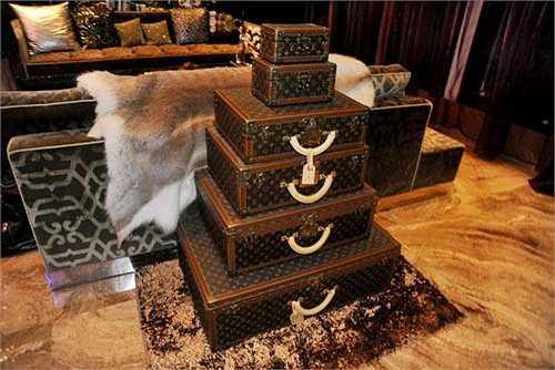 Những chiếc va ly hàng hiệu được anh sưu tầm, trang trí ngay phòng khách.