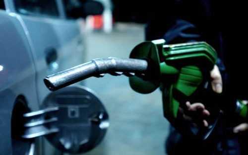 Theo AAA, tổ chức chuyên theo dõi giá xăng bán lẻ tại Mỹ, giá xăng bán lẻ trung bình toàn quốc tại nước này hôm 25/1 đã xuống mức thấp nhất kể từ tháng 4/2009, ở mức 2,038 USD/gallon, tương đương khoảng 11.500 đồng/lít.