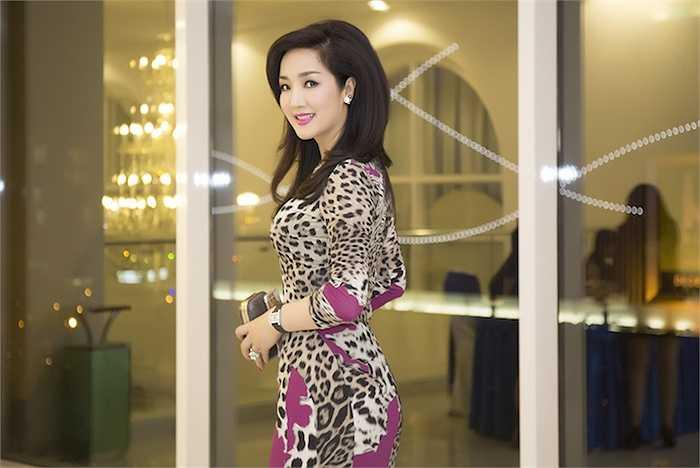 Cô diện một thiết kế ôm sát với họa tiết da báo của Roberto Cavalli vô cùng bắt mắt.